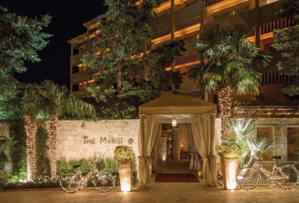http://www.tresorhotels.com/en/offers/186/xristoygenniatikes-diakopes-sthn-athhnaikh-ribiera
