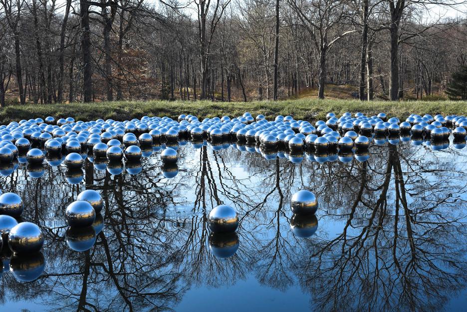 YAYOI KUSAMA : NARCISSUS GARDEN - narcissus-garden-yayoi-kusama-glass-house-philip-johnson-sculpture-installation-mirror-spheres-floating-water_dezeen_936_20