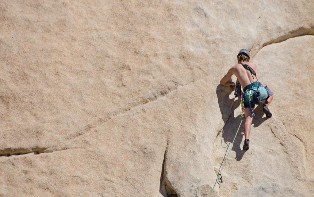 Compañías especializadas y grupos personales escalan las rocas de Joshua Tree.