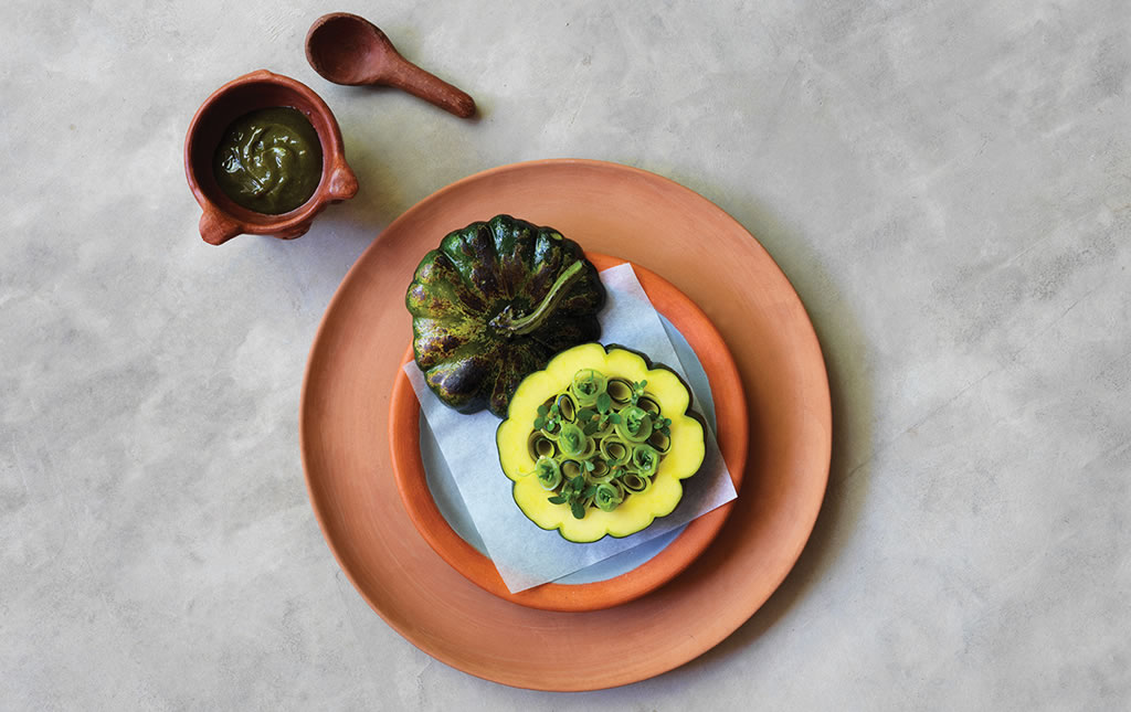 Calabaza horneada con fudge de aguacate y alga kelp.