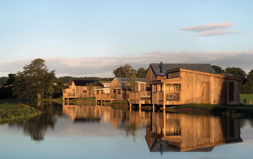 Soho Farmhouse, tu casa en el countryside inglés - soho farm house exterior cabin