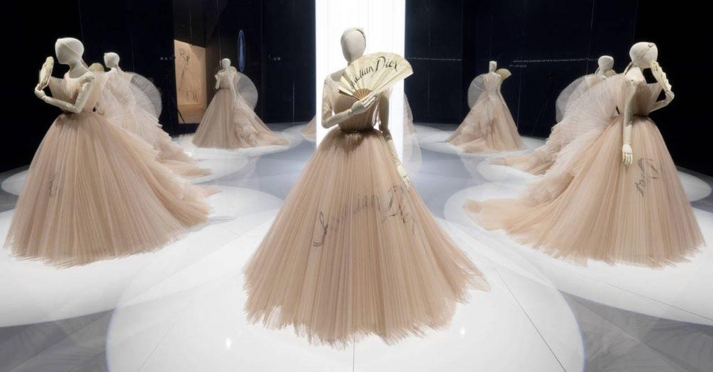 """""""Christian Dior: Designer of Dreams"""", la exclusiva muestra que podrás disfrutar en casa - Portada Christian Dior, Designer of Dreams_ la prestigiosa exposición que podrás disfrutar en casa google cuarentena covid moda fashion expo online tour virtual google zoom tiktok Instagram hack como hacer recetas"""