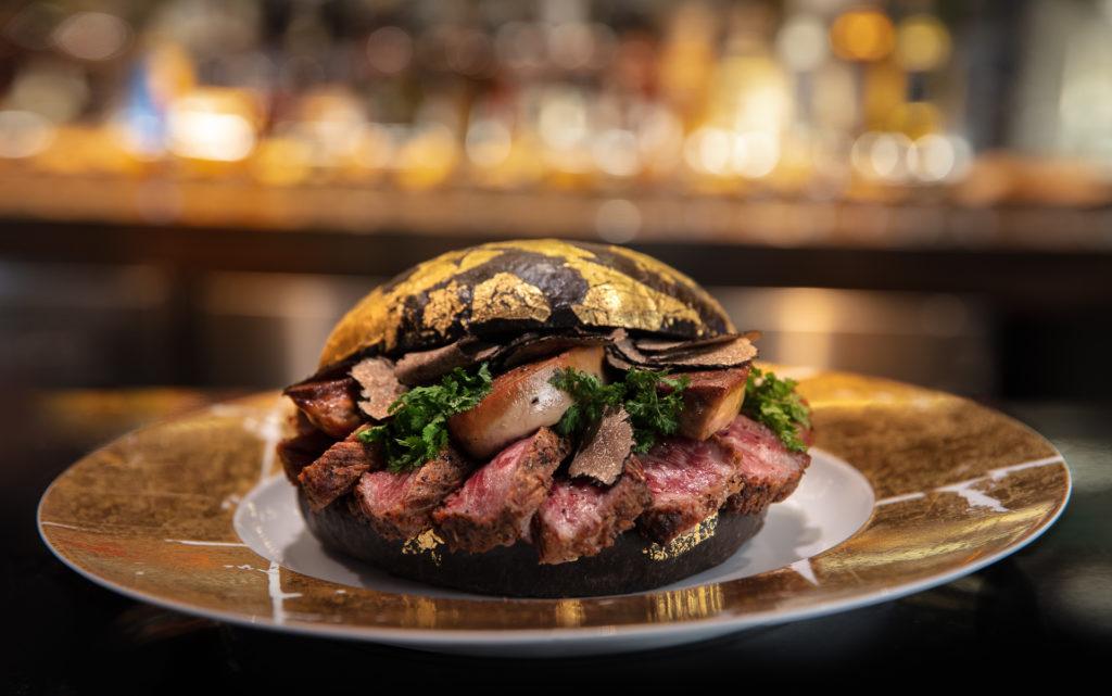 Black Gold Burger, la hamburguesa más extravagante de Texas - Black Gold Burger real Madrid coronavirus tom holland online portada