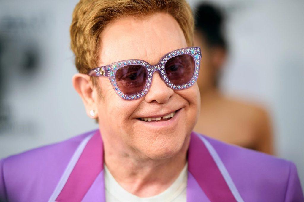 Disfruta de los conciertos más icónicos de Elton John y ayuda al mismo tiempo - Portada Disfruta de los conciertos más icónicos de Elton John en YouTube google online zoom google Elton John streaming viaje verano