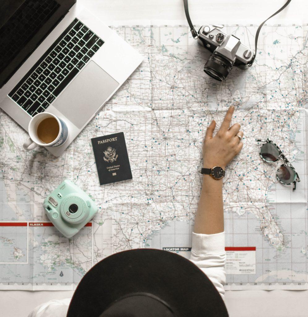 Travel essentials para tu próximo viaje - Portada Travel essentials que son un must en tu equipaje viaje verano summer where to go a donde ir animales en peligro de extinción google online coronavirus