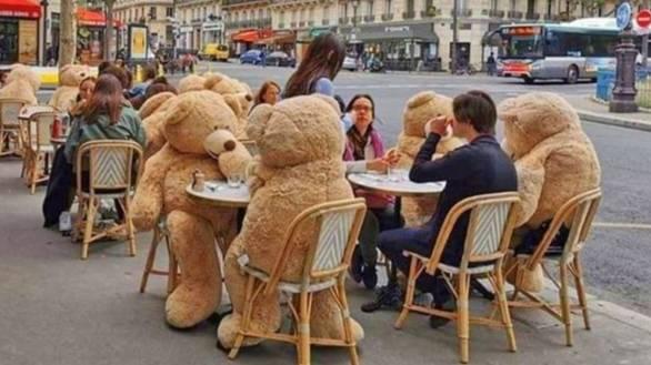 Creativas maneras en las que los restaurantes mantienen el distanciamiento social - resize