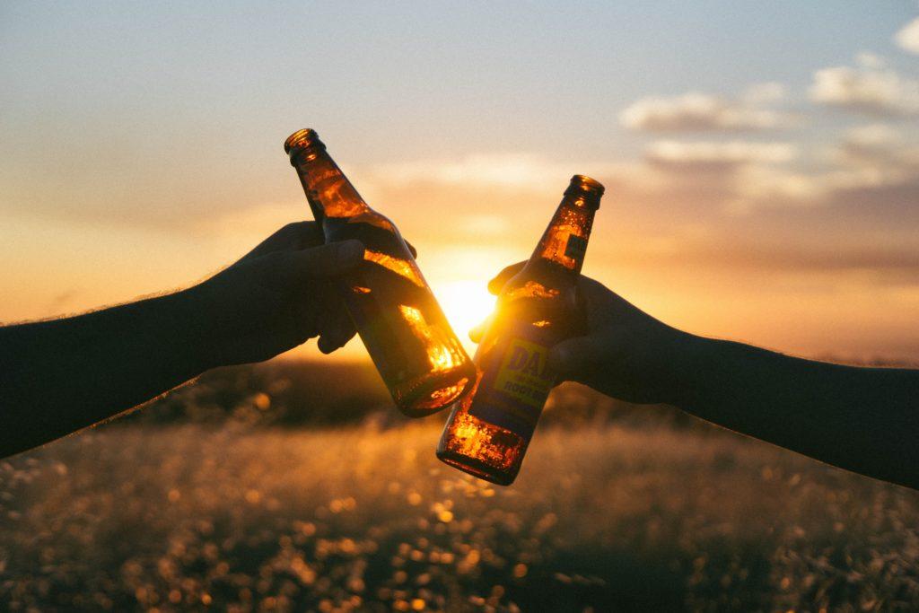 Cheers mate! Conoce 11 hacks para destapar una cerveza - Portada Cheers mate Conoce 10 hacks para destapar una cerveza how to open a beer beer cerveza formas de abrir una cerveza google intagram tiktok youtube google online clases youtube beer
