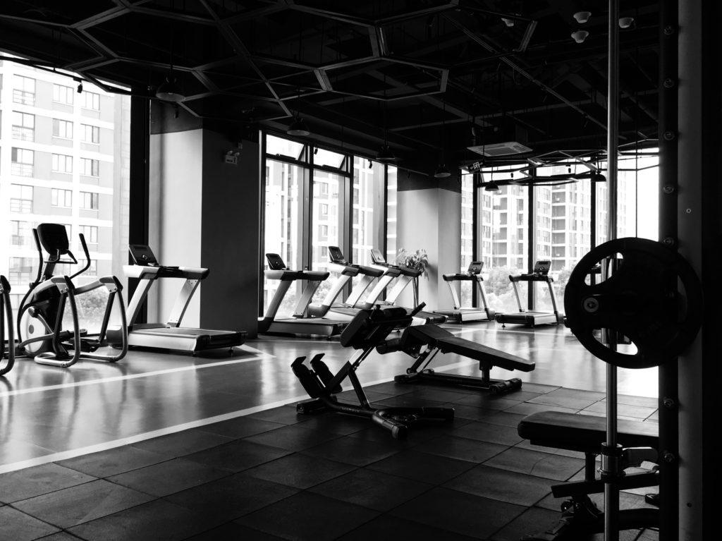 Gym 101: conoce los nuevos protocolos de seguridad en gimnasios - Portada Gym 101Conoce los protocolos de seguridad que se están implementando en los gimnasios fitness studio barre pilates siclo barrys spinning google online sana distancia covid-19 amazon online google